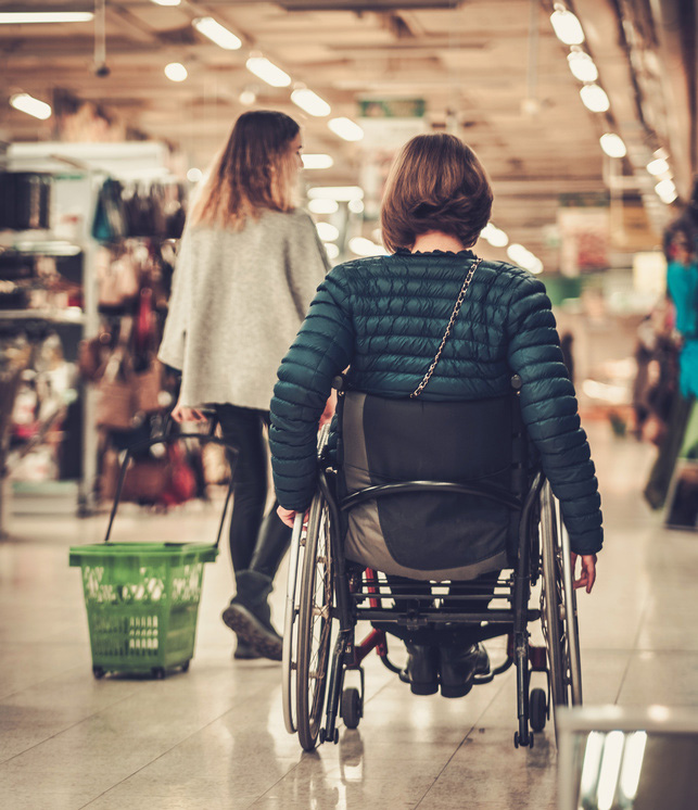 señora en silla de ruedas con las ayudas para personas dependientes