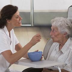 personal cuidando de personas mayores