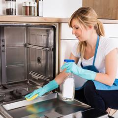 chica realizando servicios domésticos en un hogar en Barcelona