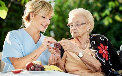 Cuidado de personas mayores a domicilio: día internacional de la mujer