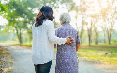 Cuidado de las personas mayores: cómo cuidar la piel en verano
