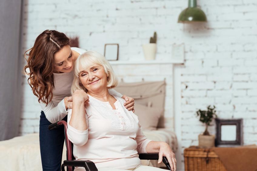 cuidadora con una persona mayor a domicilio