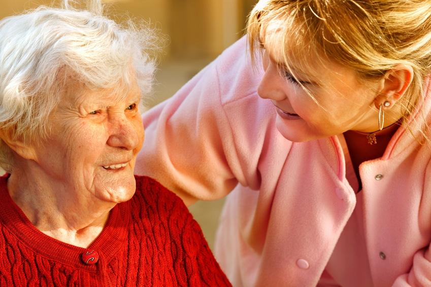personal de ayuda a domicilio con una persona mayor