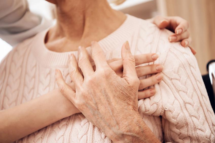 cuidado de personas mayores con cuidadora abradanzola