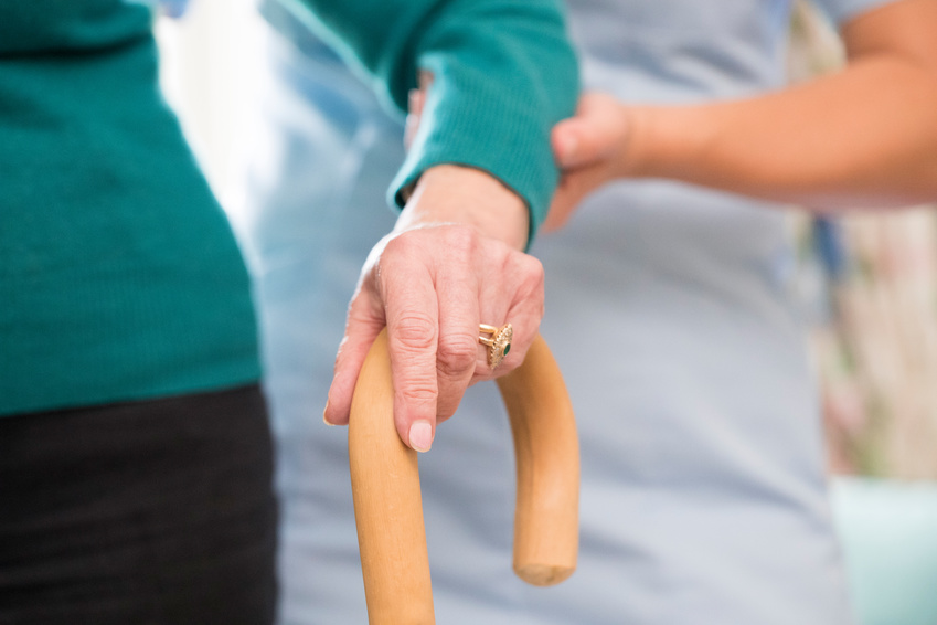mano de una persona mayor acompañada de asistencia a domicilio