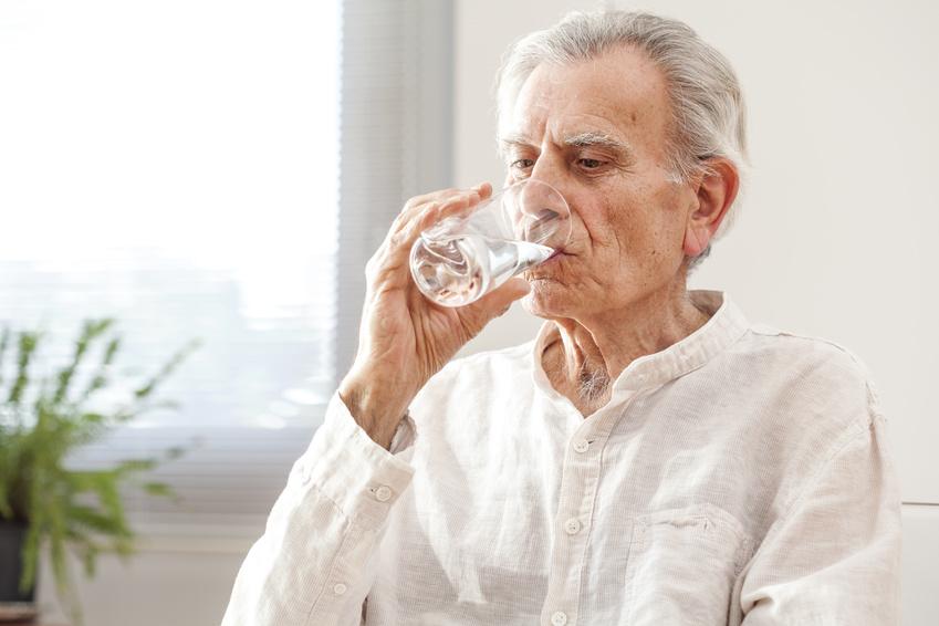 en el cuidado de personas mayores es importante la hidratación
