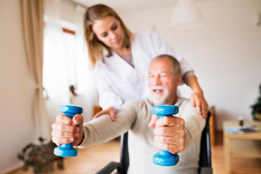 Ayuda a personas mayores hacer ejercicios a domicilio