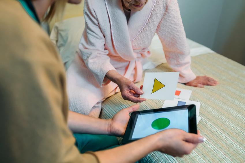 enfermera cuidando de persona mayor con alzheimer
