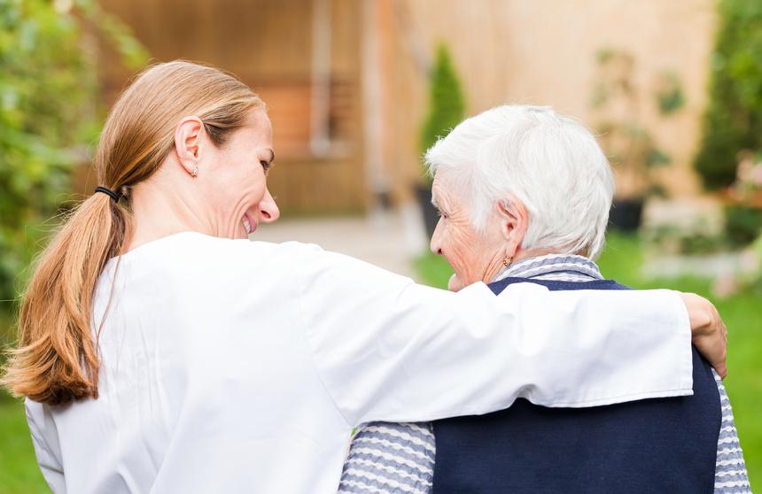 imagen de una enfermera ayudando a domicilio a una persona mayor en salud mental