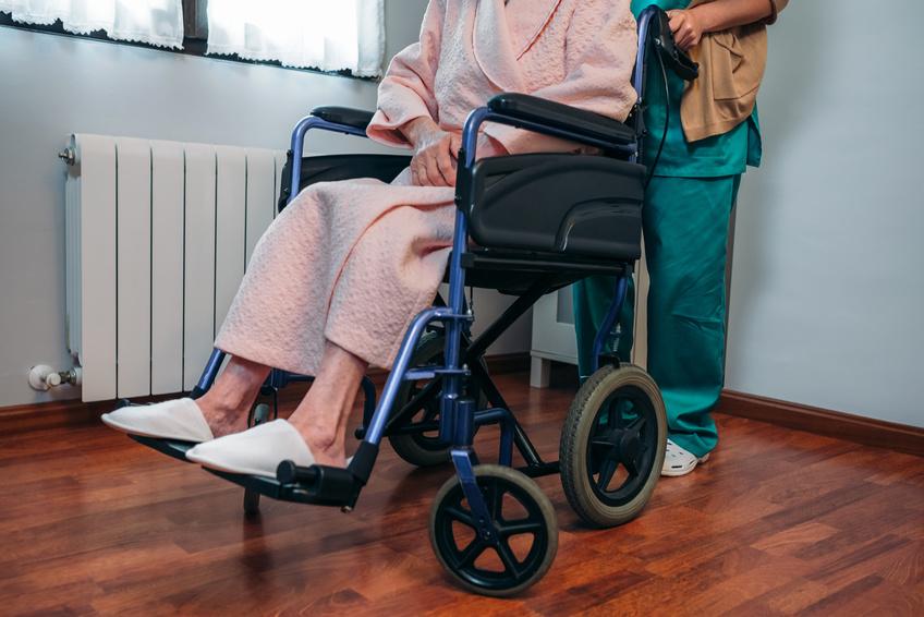 imagen de asistencia a domicilio para una persona dependiente en silla de ruedas