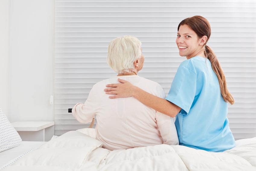 imagen de un cuidador de persona mayores para el día mundial del cuidador