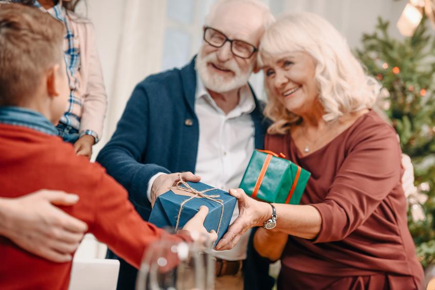 Imagen de unas personas mayores con un regalo de navidad