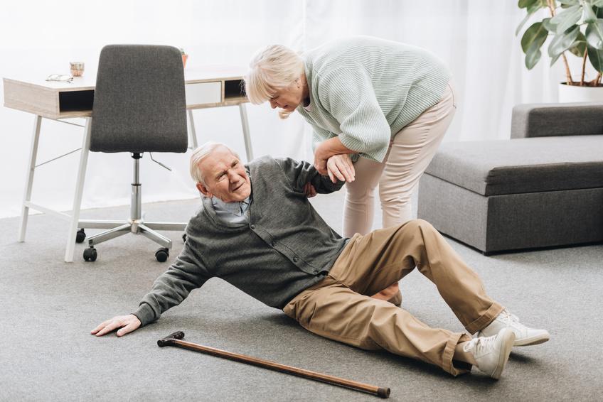 imagen de una persona mayor que necesita asistencia a domicilio por una caída