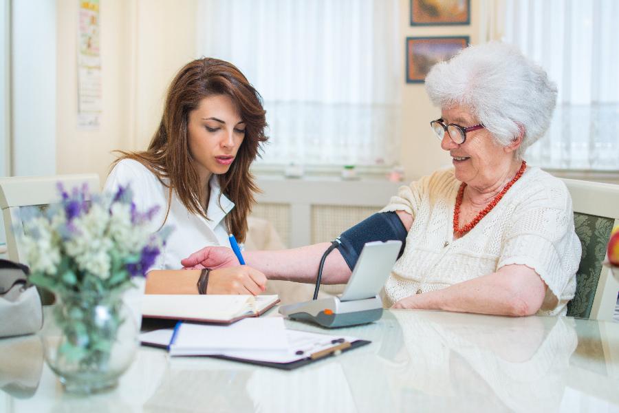 enfermera a domicilio con una paciente