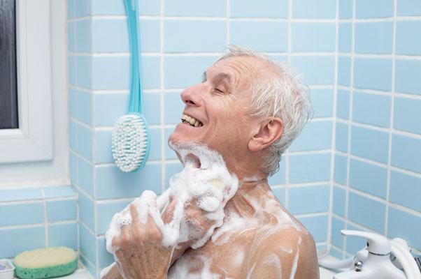 Persona mayor en la ducha